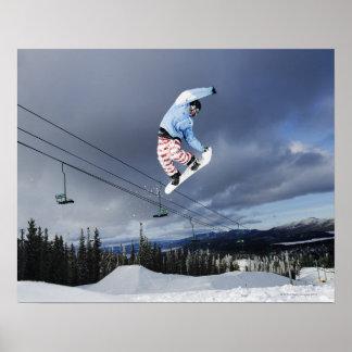 El Snowboarder que salta en el mediados de-aire Póster