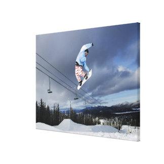El Snowboarder que salta en el mediados de-aire qu Lona Envuelta Para Galerías
