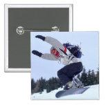 El Snowboarder salta Pins