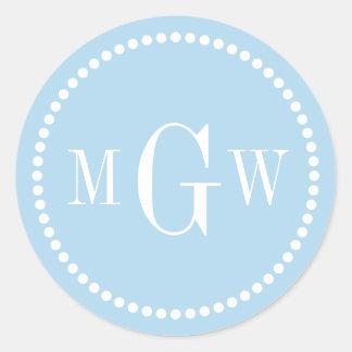 El sobre azul claro del monograma sella etiquetas pegatinas redondas