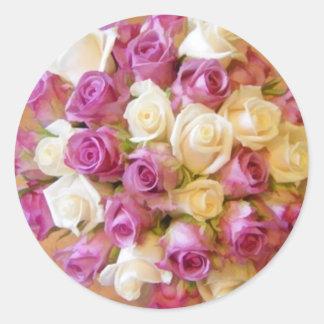 El sobre color de rosa sella al pegatina