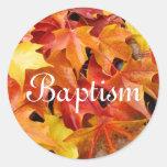 El sobre de la invitación del bautismo sella las etiquetas redondas
