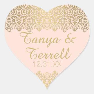 El sobre del boda sella el cordón de oro del pegatina en forma de corazón