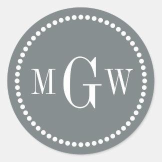 El sobre del monograma del gris de carbón de leña pegatina redonda