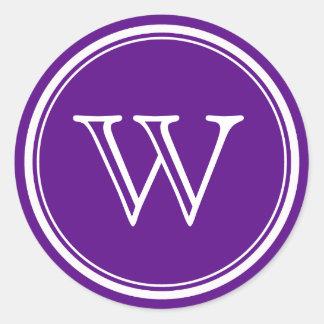 El sobre púrpura del monograma sella etiquetas del pegatina redonda