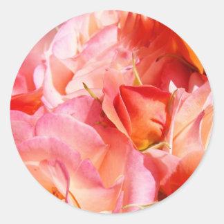 El sobre rosado de los pegatinas de las flores de