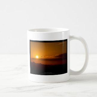 El sol 003 - puesta del sol en las montañas taza de café