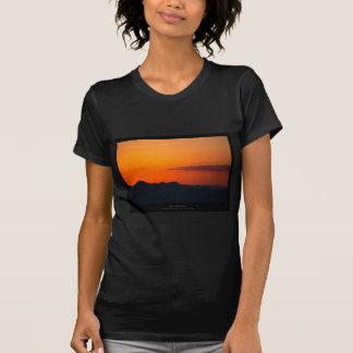 El sol 005 - puesta del sol en las montañas camisetas
