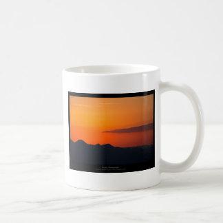 El sol 005 - puesta del sol en las montañas taza de café
