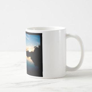 El sol 010 - puesta del sol en la ciudad taza de café