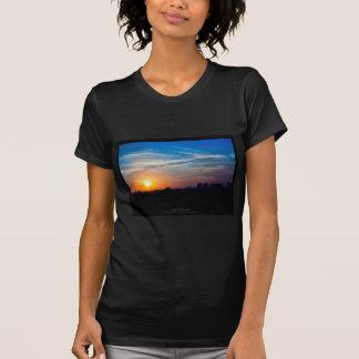 El sol 011 - puesta del sol en la ciudad camiseta