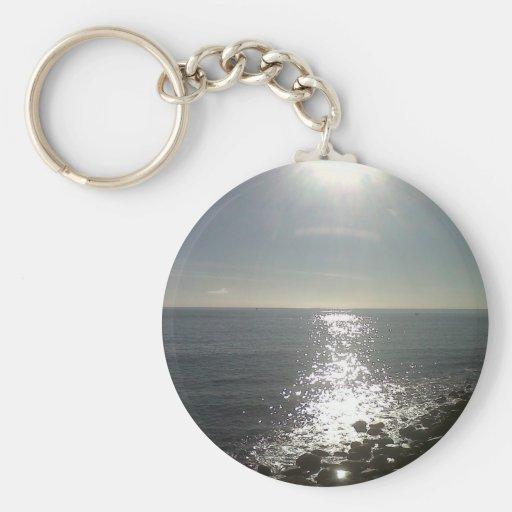 el sol que sube sobre el mar llavero