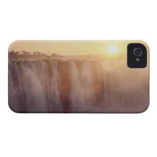 El sol sube detrás del aerosol de Victoria Case-Mate iPhone 4 Cárcasa