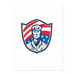 El soldado americano con el escudo de las barras y postal