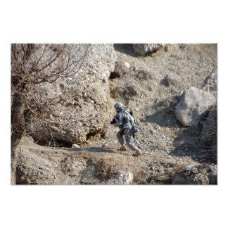 el soldado camina encima del lado de una colina cojinete