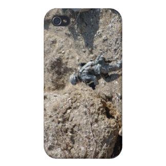 el soldado camina encima del lado de una colina iPhone 4 carcasas