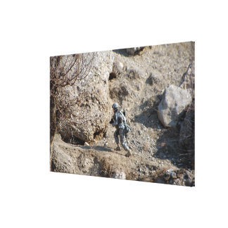 el soldado camina encima del lado de una colina lona envuelta para galerias