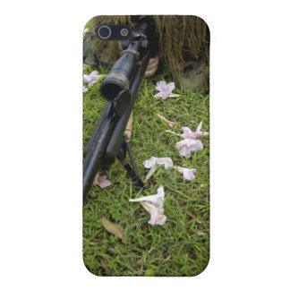 El soldado practica táctica del francotirador iPhone 5 funda
