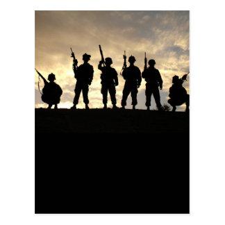 El soldado siluetea la postal