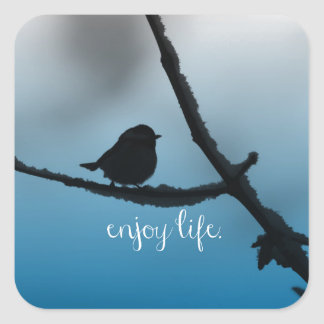 El solo pájaro en rama con disfruta de cita de la pegatina cuadrada