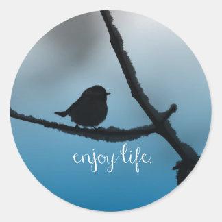 El solo pájaro en rama con disfruta de cita de la pegatina redonda