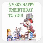 ¡El sombrerero enojado dice, A muy feliz cumpleaño Pegatinas Cuadradas