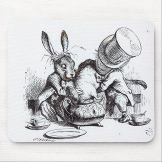El sombrerero enojado y las liebres de marzo alfombrilla de ratón