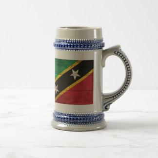 El St. de madera viejo San Cristobal/Nevis señala  Jarra De Cerveza