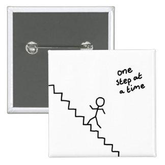 """el stickman de """"un paso a la vez"""" en las escaleras pin cuadrado"""