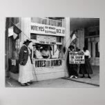 El sufragio de las mujeres en una cabina de voto e impresiones