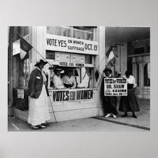 El sufragio de las mujeres en una cabina de voto póster