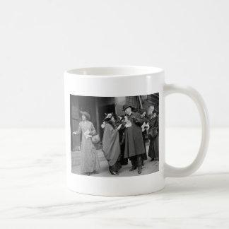 El sufragio Handouts, 1913 de las mujeres Taza Básica Blanca