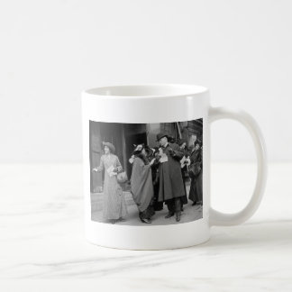 El sufragio Handouts, 1913 de las mujeres Taza Clásica