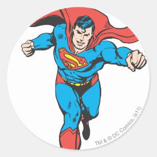 El superhombre corre adelante 2 etiqueta redonda