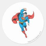 El superhombre dejó el puño aumentado etiqueta redonda