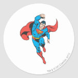 El superhombre dejó el puño aumentado pegatina redonda