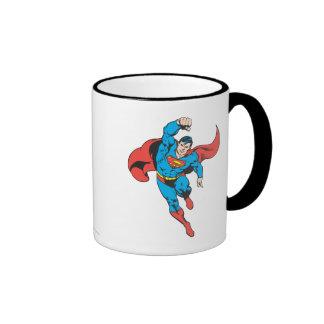 El superhombre dejó el puño aumentado taza a dos colores
