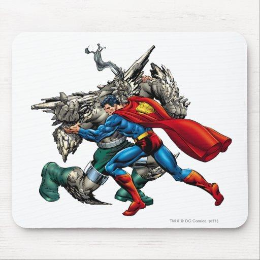 El superhombre lucha al enemigo tapete de ratón
