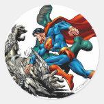 El superhombre lucha al monstruo pegatina redonda