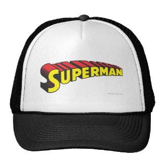 El superhombre pone letras a amarillo/a rojo gorros