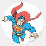 El superhombre salta adelante pegatina redonda