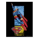 El superhombre salta para arriba con el logotipo postal