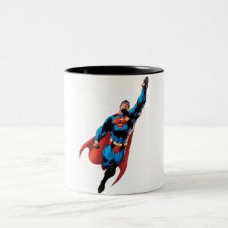 El superhombre se eleva taza de dos tonos