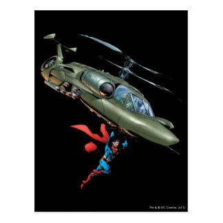 El superhombre sostiene el helicóptero tarjeta postal