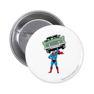 El superhombre sostiene un coche pin redondo de 2 pulgadas