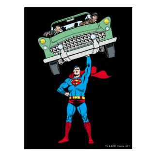 El superhombre sostiene un coche tarjeta postal