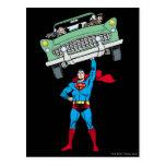 El superhombre sostiene un coche tarjetas postales