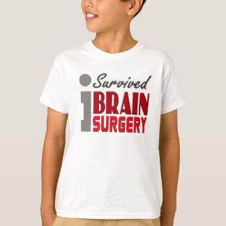 El superviviente de la neurocirugía embroma la playera
