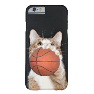 El tabby anaranjado y blanco juega a baloncesto funda para iPhone 6 barely there