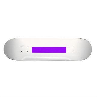 El tablero del patinador crea su propia púrpura patinetas personalizadas